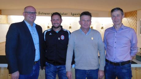 Die Schwarzlachtaler ehrten ihre langjährigen Mitglieder: (von links) Bürgermeister Xaver Ziegler, Thomas Pfundmeier (25 Jahre), Hans Kreitmayr (40 Jahre), Schützenmeister Siegfried Brablik. Es fehlt: Albert Gutmann (25 Jahre).