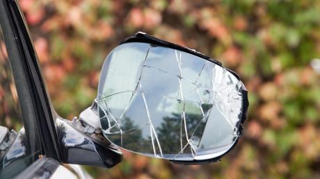 Gleich drei Autos wurden in der Nacht von Samstag auf Sonntag in Schrobenhausen beschädigt. Eine Zeugin sieht, wie zwei Kinder auf Fahrrädern wegfahren. (Symbolfoto)