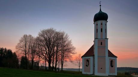 Die Salvatorkapelle bei Adelzhausen ist ein Ruhepol an der hektischen Autobahn.