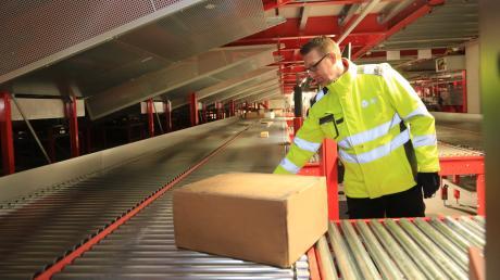 """Das neue Paketsortierzentrum des Paket- und Expressdienstleisters DPD im interkommunalen Gewerbepark """"Acht300"""" ist fertig. Am Sortierband wird der Weg der Pakete kontrolliert. Am Samstag geht das neue Depot in Betrieb und löst damit den bisherigen Standort in Augsburg ab."""