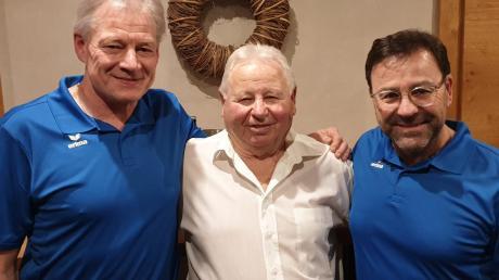 """Adolf """"Adi"""" Schäffer (Mitte) aus Inchenhofen feierte seinen 80. Geburtstag. Der Vorsitzende des TSV Inchenhofen, Robert Müller (links) und Vorstandsmitglied Toni Schoder (rechts) gratulierten."""
