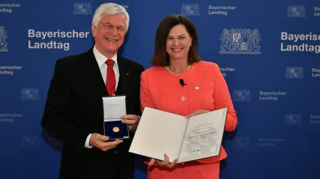 Altlandrat Christian Knauer bekam am Freitag von Landtagspräsidentin Ilse Aigner die Bayerische Verfassungsmedaille in Gold überreicht. Der Festakt fand im Münchner Maximilianeum statt.
