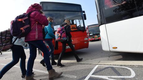 Nicht alle Schüler bekommen ihre Monatskarte für den Bus kostenlos. Dafür kann es verschiedene Ursachen geben.