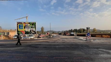 Der geplante Edeka-Supermarkt am Ortseingang von Motzenhofen nimmt Gestalt an.