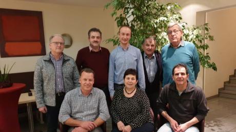 Das ist der neue Vorstand der Oldtimerfreunde Pöttmes: (sitzend von links) Thomas Schmid, Gitty Veit, Werner Schlaegel, (stehend von links) Arthur Königsdorfer, Franz Stöckl, Pascal Loquai, Fritz Wenger und Roland Fleißig.