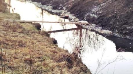 Die Arbeiten für den Fußweg entlang der Ecknach in Adelzhausen haben begonnen.