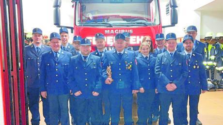 Die Feuerwehr Obergriesbach hat gewählt: Schriftführerin Maria Pflugmacher (5. von rechts), Fahnenträger Jonas Gamperl (3. von links), Zweiter Kassenwart Roger Khan (4. von links) und Kommandant Josef Schmid (6. von links).