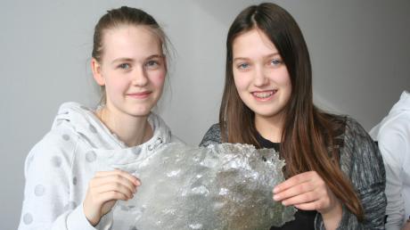 Sarah Felber (links) und ihre Klassenkameradin Luisa arbeiten an einer biologisch abbaubaren Frischhaltefolie.
