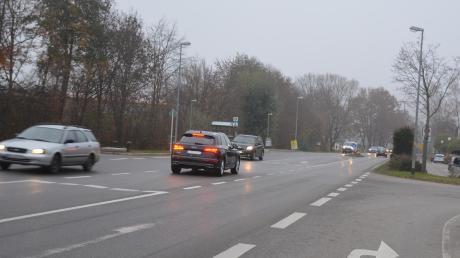 Eine Ampel soll Autofahrern helfen, die in Mühlhausen wie hier vom Unterkreuthweg wieder in die Staatsstraße 2035 abbiegen wollen.