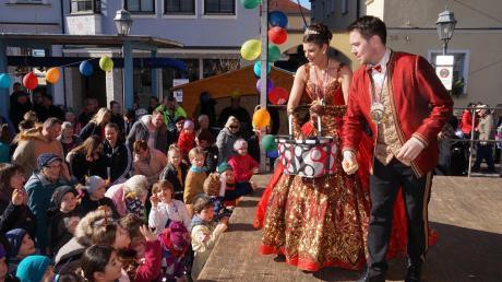 Das Aichacher Prinzenpaar hatte auf den Stadtplatz Süßigkeiten für die Kinder mitgebracht.