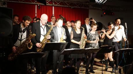 Sie hatten viel Spaß auf der kleinen Bühne im Canada-Saal, die 17 Musiker der Bolschewistischen Kurkapelle Schwarz-Rot aus Ost-Berlin. Da darf man auch, wie im Bild, die Trompete mal mit einer Bierflasche vertauschen.