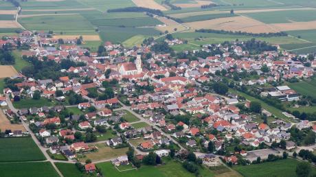 Inchenhofen von oben: Mittelpunkt der Marktgemeinde ist die Wallfahrtskirche St. Leonhard. Bei der Kommunalwahl am 15. März wollen drei Kandidaten Bürgermeister von Leahad werden. Für den Marktgemeinderat gibt es vier Wahlvorschläge.
