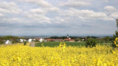 Rehling vom höchsten Punkt im Osten aus fotografiert: im Mittelpunkt der hochragende Kirchturm, ringsum die idyllische Landschaft. Im Hintergrund das Lechfeld mit dem gegenüberliegenden, westlichen Lechrain mit den Gemeinden Langweid und Biberbach.