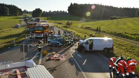 Bei einem Unfall auf der B 300 zwischen Oberzell und Dasing starb im September eine 41-Jährige. Sie war mit ihrem Auto auf die Gegenspur geraten und in den Kleintransporter eines 21-Jährigen gekracht.