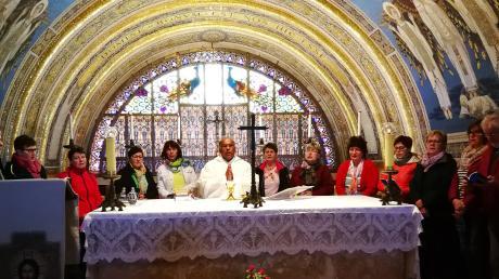 Die Pilgergruppe feiert Gottesdienst mit Pfarrer Babu auf dem Berg Tabor.