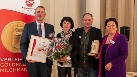 Anton Wenger aus Schiltberg erhielt die Goldene Milchkanne der Molkerei Zott (von links) Christian Schramm, Leiter Milcheinkauf Zott, die Preisträger Irmgard und Anton Wenger, Christine Weber, Geschäftsführende Direktorin.