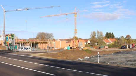 So wie der neue Edeka-Markt in Motzenhofen (hier ein Archivbild von der Baustelle) könnte der in Adelzhausen aussehen.