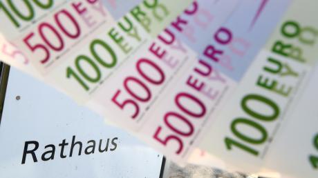 Bürgermeister Franz Xaver Ziegler berichtet über das Abschmelzen der Rücklagen aufgrund von zahlreichen Investitionen in Millionenhöhe.