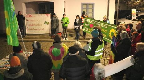 Rund 40 Menschen demonstrierten am Freitagabend vor dem Rehlinger Rathaus gegen die AfD und für die Demokratie.