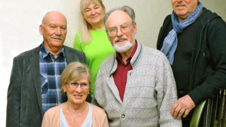Der neue Vorstand des Fotoclubs Aichach: Gertrud Lechner (vorne), Herbert Hanika und Bruno Röske (erste Reihe von links), Claudia Neumüller (hinten) und Joachim Feldmeier (rechts).