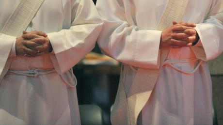 """Priester oder Pastoren müssen vor ihrer Weihe eine umfassende Ausbildung durchlaufen. Ein Mann aus dem nördlichen Landkreis Aichach-Friedberg kann dies nicht nachweisen – und darf den Titel """"Pastor"""" daher nicht tragen."""