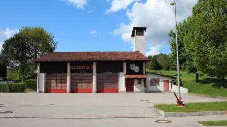 Auf dem Grundstück rechts neben dem aktuellen Aindlinger Feuerwehrhaus ist der Neubau geplant. Über dessen Tore-Anzahl wurde jetzt diskutiert.