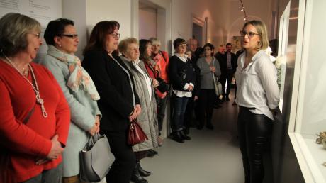 Justina Beyer (rechts), wissenschaftliche Mitarbeiterin im Stadtmuseum, berichtete bei einer kurzen Führung über Eleonore Beck und Therese Reithmaier.