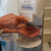 Mittel zur Händedesinfektion wie diese sind - nicht nur, aber auch wegen des Coronavirus' - inzwischen in vielen öffentlichen Einrichtungen im Landkreis zu finden.