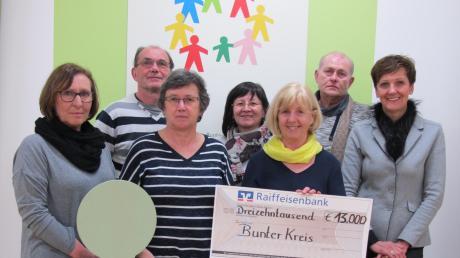 Beim Besuch im Ziegelhof in Stadtbergen übergab Inge Eberle (Zweite von rechts) im Beisein von Obergriesbacher Bürgern einen Scheck über 13000 Euro an Ingrid Grotz (rechts).