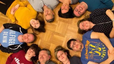 Noch liegen die Theaterspieler in einer kleinen Probepause entspannt auf dem Boden. In gut drei Wochen allerdings werden sie auf der Bühne stehen.