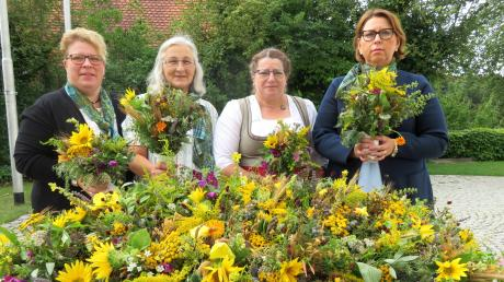 1000 Euro spendete der Obst- und Gartenbauverein Rehling aus der Kräuterbuschenaktion an gemeinnützige Zwecke. Hier das Bild von den 180 gebundenen farbenfrohen Kräuterbuschen mit (von links) Tina Higl, Brunhilde Kröll, Ursel Higl und Andrea Mayr.