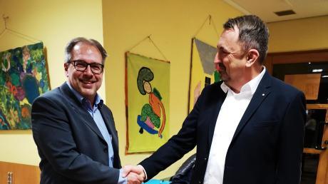 Thomas Ritter (rechts) gratuliert dem neu gewählten Sielenbacher Bürgermeister Heinz Geiling.