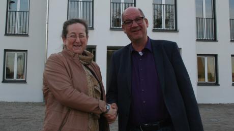 Gertrud Hitzler (CSU/Freie Wählergemeinschaft) hat gut lachen: Sie hat die Bürgermeisterwahl in Aindling haushoch gegen Mitbewerber Bernd Aichele (Freie Wählergemeinschaft Bürgerwille 76) gewonnen.