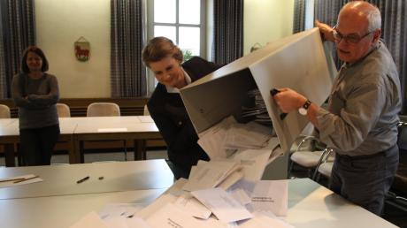 Gemeinsam mit Kühbachs Geschäftsstellenleiter Friedrich Schäffler leerte Wahlvorsitzende Miriam Lemke im Rathaus die Urne mit den Briefwahlunterlagen aus.