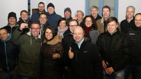 Der neue Rehlinger Bürgermeister Christoph Aidelsburger (vorne, Zweiter von links) feierte mit einem Großteil seiner Liste und seiner Frau Andrea.