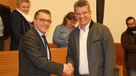 Nach einem langen Kopf-an-Kopf-Rennen stand der Sieger der Bürgermeisterwahl in Pöttmes fest: Mirko Ketz (CSU, rechts) siegte hauchdünn vor Manfred Graser (Bürgerblock, links). Graser war der erste Gratulant.