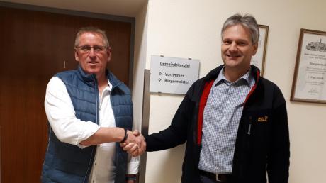 Hans Willer (links) gratulierte als Erster Jürgen Hörmann zur gewonnenen Wahl. Der Zahlinger Hörmann ist der nächste Obergriesbacher Bürgermeister. Selbstverständlich haben sich die beiden danach die Hände desinfiziert.