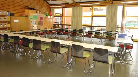 Der Sitzungssaal des Affinger Gemeinderates in der Grundschule: Wegen des Corona-Virus lässt ihn Bürgermeister Markus Winklhofer für die Sitzung am 23. März vergrößern. Die Räte sollen den Sicherheitsabstand einhalten können.