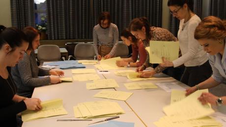 Die ersten Ergebnisse, die ausgezählt wurden, waren in Kühbach die der vier Bürgermeisterkandidaten. Aufgrund der hohen Zahl der Briefwähler gab es nur für sie drei Wahlbezirke. Das Bild zeigt die Auszählung im Rathaus. Die Wahlbeteiligung lag bei exakt 70 Prozent.