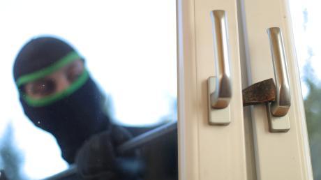 Ein Unbekannter hat das Fenster eines Stahlhandels in Sulzemoos aufgehebelt. Er löste das Alarmsystem aus, konnte jedoch unerkannt flüchten.