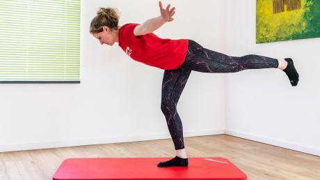 Übung Nummer zwei im Fitness-Programm mit dem TSV Aichach: die Standwaage.