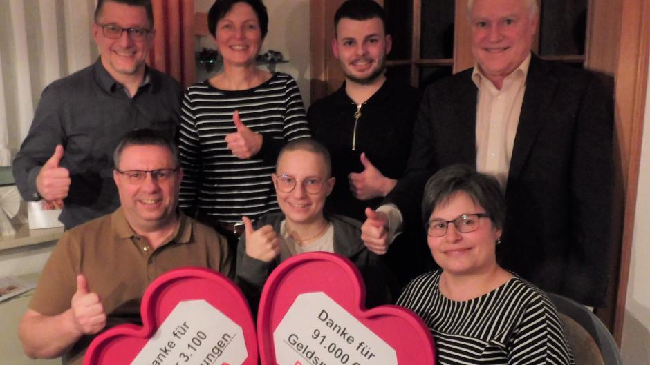 Strahlen nach der gelungenen Stammzellentransplantation: (vorne von links) Harald Hross, der seiner Tochter Stammzellen spendete, Lisa und Mutter Johanna Hross.