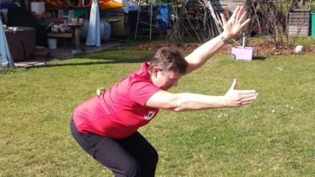 Christa Schmidt zeigt Übung Nummer 3, eine Kombination aus der Kniebeuge.