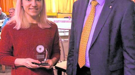 Der Aichacher Sportreferent Raymund Aigner überreichte beim LC Aichach der Langstreckenläuferin Hannah Sassnink die Trophäe für den dritten Platz bei der Wahl für die Aichacher Sportlerin des Jahres.