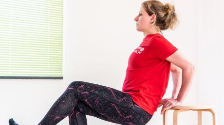 Eine Variante der Übung wäre, ein Bein bei der Bewegung abzuheben.