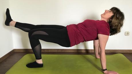 """Variante zwei der Übung """"Die Spinne"""", die verschiedene Muskelgruppen stärkt."""