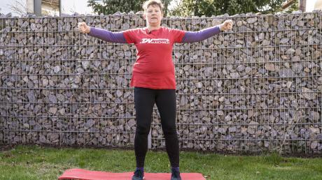 Durchatmen und die Lungen belüften. Christa Schmidt vom TSV Aichach zeigt, wie die heutige Übung geht.