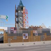 """Die mittelalterliche Stadtsilhouette am """"Feuerhaus"""" an der Martinstraße ist fertig. Ein Wegweiser zeigt zum zweiten Teil der Ausstellung nach Friedberg."""