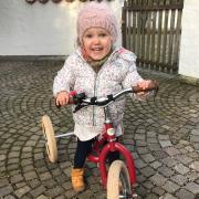 Marlene liebt ihr Trybike. Ihr Traum ist es, nun auch Laufradfahren zu lernen. Doch dazu muss die Dreieinhalbjährige erst operiert werden.