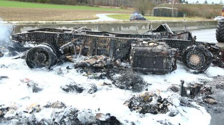 Völlig ausgebrannt ist ein Brotlaster im November 2019 auf der B300 bei Aichach. Der sogenannte Anprallschutz mit Betonwand (im Hintergrund zu sehen) hat dem damals 38-jährigen Fahrer des Lasters wohl das Leben gerettet.